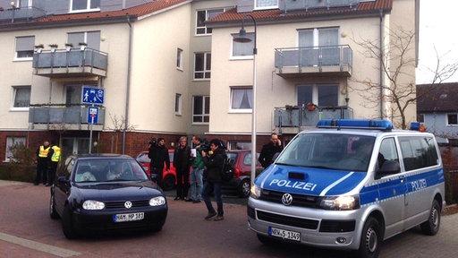 Polizeifahrzeug vor Wohnhaus