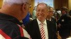 Oberbürgermeister Pit Clausen wird nach seinem Wahlsieg beglückwünscht