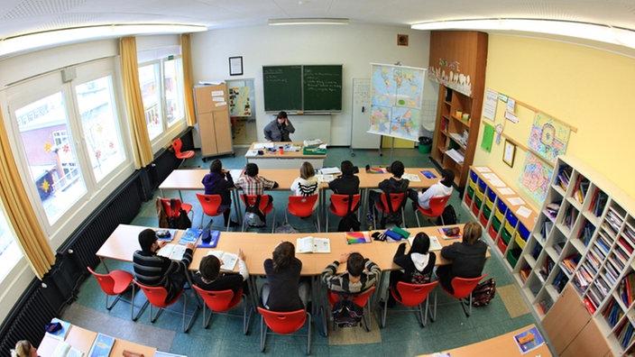 Schüler im Klassenzimmer einer Hauptschule in Arnsberg
