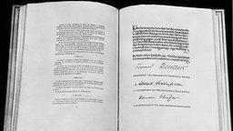 Auszug Aus Dem Grundgesetz Der Bundesrepublik Deutschland Archivbild Von 1949