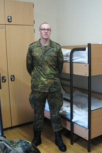bundeswehrsoldat daniel debus im zimmer - Bundeswehr Freiwilliger Wehrdienst Bewerbung