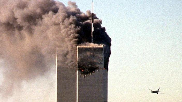 Flugzeug steuert auf den noch unversehrten Turm des World Trade Centers zu