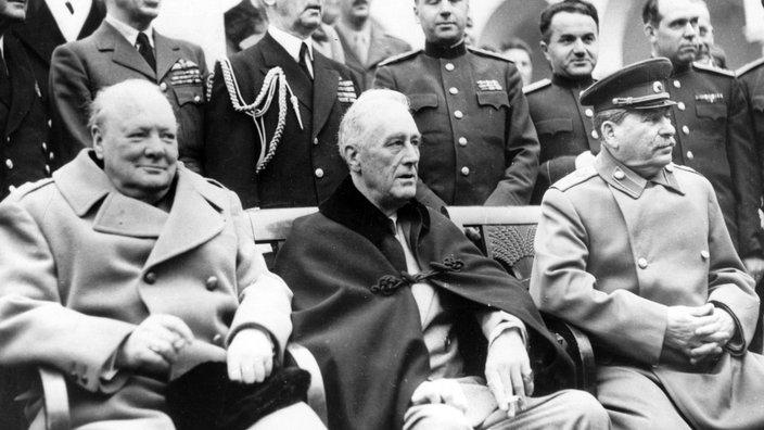 Konferenz in Jalta 1945 (sitzend von links nach rechts): der britische Premierminister Winston Churchill, US-Präsident Franklin D. Roosevelt und der sowjetische Diktator Josef Stalin.