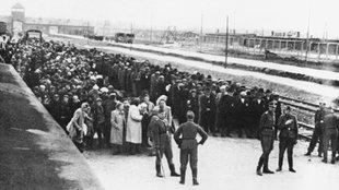 Selektion ungarischer Juden an der Verladerampe des Vernichtungslagers Auschwitz-Birkenau (Aufnahme im Juni 1944)
