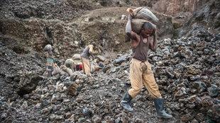 Ein Arbeiter trägt Erz in der Kupfer- und Kobaltmine von Kamatanga