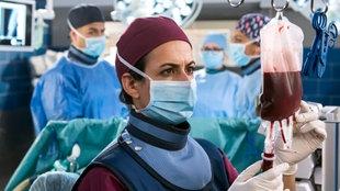 Dr. Leyla Sherbaz überprüft eine Blutinfusion im OP