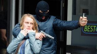 Leni Herold (Anke Retzlaff) war während eines Überfalls im Wettbüro und wurde von einem der Gangster (Rick Okon) als Geisel genommen.