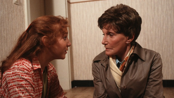 Iffi (Rebecca Siemoneit-Barum, links) befragt Rosi (Margret van Munster) zu der neuen Situation in der Familie.