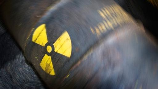 Symbolbild Atomkraft: Radioaktivzeichen auf einer rostigen Tonne
