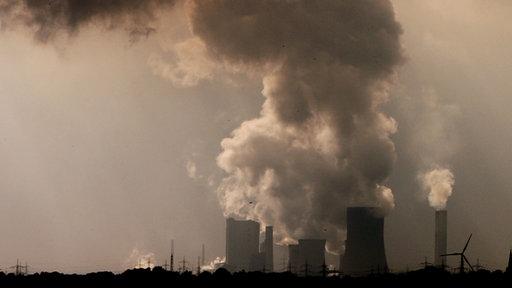 Braunkohlekraftwerk mit qualmenden Schloten