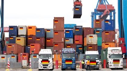 Container mit Deutschlandflagge in einem Containerhafen