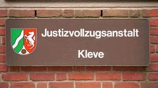 Schild: Justizvollzugsanstalt Kleve, Landeswappen NRW