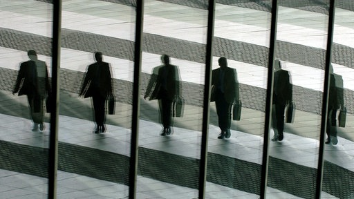 Spiegelung Manager mit schwarzem Anzug und Aktentaschen