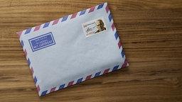 Ein Briefumschlag liegt auf einem Tisch