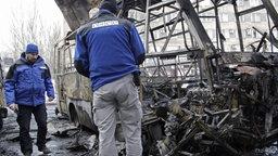 Männer in blauen Jacken mit OSZE-Logo