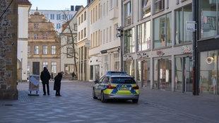 Ein Streifenwagen der Polizei in der Innenstadt von Bielefeld.