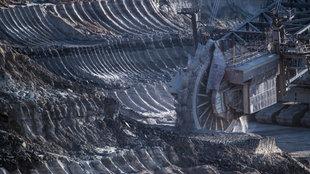Ein Schaufelradbagger arbeitet im Braunkohletagebau Hambach