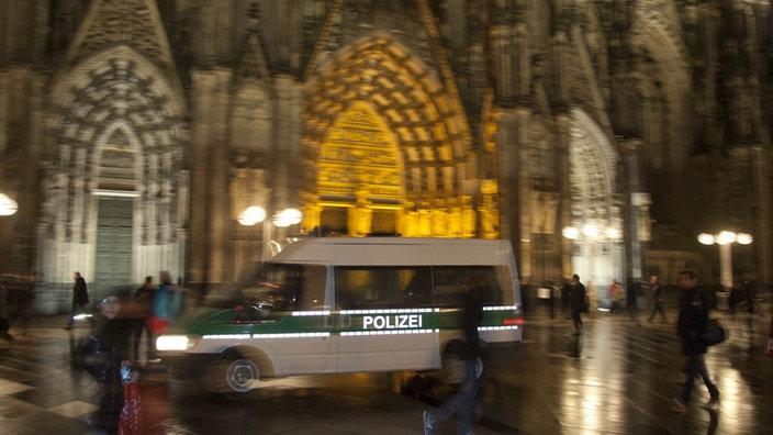 Ein Polizeiwagen vor dem nächtlichen Kölner Hauptbahnhof