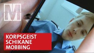 Polizist auf Smartphone