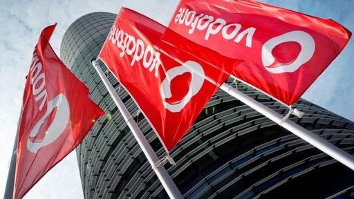 Fahnen vor einem Vodafone-Gebäude