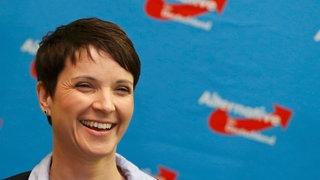 Frauke Petry freut sich nach den ersten Hochrechnungen der drei Landtagswahlen im März 2016