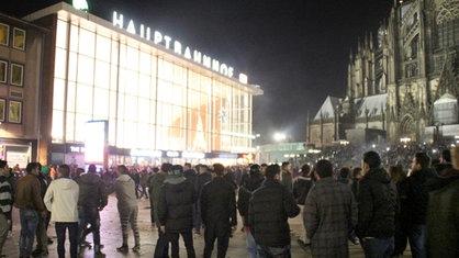 Menschenmenge auf dem Bahnhofsvorplatz in Köln in der Silvesternacht 2015. Hier wurden Frauen sexuell belästigt und ausgeraubt.