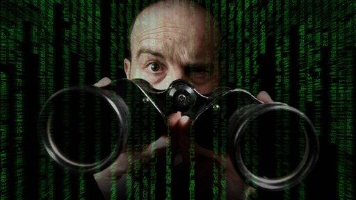 Mann mit einem Fernglas hinter Datenkolonnen