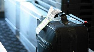 Koffer auf einem Gepäckband