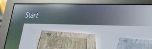 Ein Computerbildschirm und ein altes Dokument mit rotem Siegel