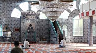 Der Gebetsraum der Ditib Fatih Moschee in Essen