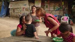 Brigitte Fischer-Brühl spricht mit einem Kind