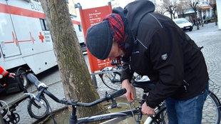 Heiner Wember knackt ein Fahrradschloss in Bonn.