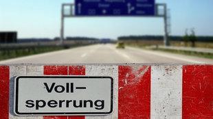 Gesperrte Autobahn im Sommer