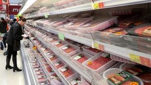 Eine Kundin greift nach verpacktem Fleisch in einem Londoner Supermarkt