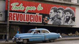"""Havanna, ein Wandbild mit den Portraits von Julio Mella, Che Guevara, Fidel Castro und der Aufschrift """"Alles für die Revolution"""""""