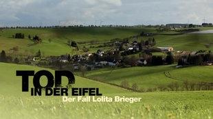 Collage: Eine leicht hügelige Landschaft, mittendrin ein Dorf. Der Titel ist als Schriftzug zu sehen