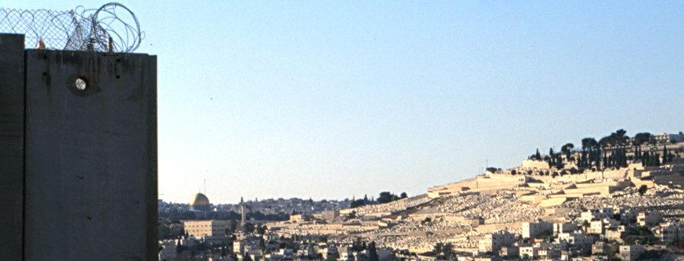 Mauer mit Blick auf Jerusalem und Al Aksa-Moschee.