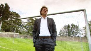Toni Schumacher steht im Tor auf dem Spielfeld seines ersten Vereins Schwarz-Weiß 1896 Düren e.V., Düren, wo seine Torwartkarriere begann¿.