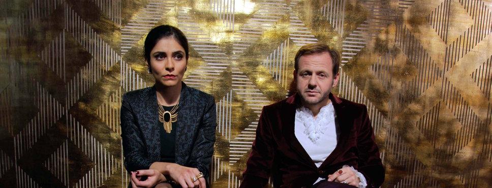 Schauspielerin Ferydoni Pegah und Schauspieler Samuel Finzi nebeneinander sitzend, nah