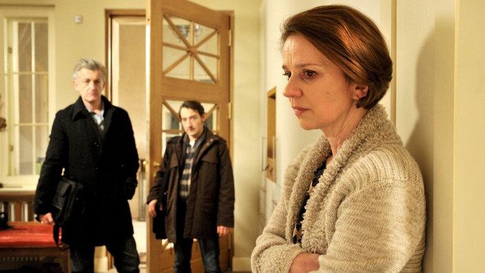 Ritter und Stark (Dominic Raacke und Boris Aljinovic, Mitte) vermuten, Frau Steiner (Lena Stolze) verschweigt ihnen etwas.