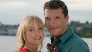 Die Konditorin Paula (Eva Herzig) verwöhnt Lukas (Hardy Krüger, jr.) mit ihrer neusten Schokoladen-Kreation.
