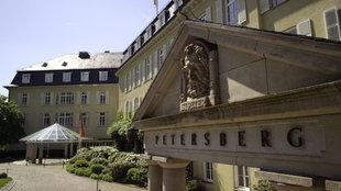 Der Portikus mit dem Petruskopf am Eingang des Grand Hotels Petersberg