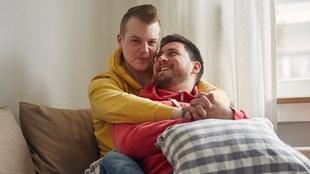 Sebastian und Olli sitzen gemeinsam auf der Couch.