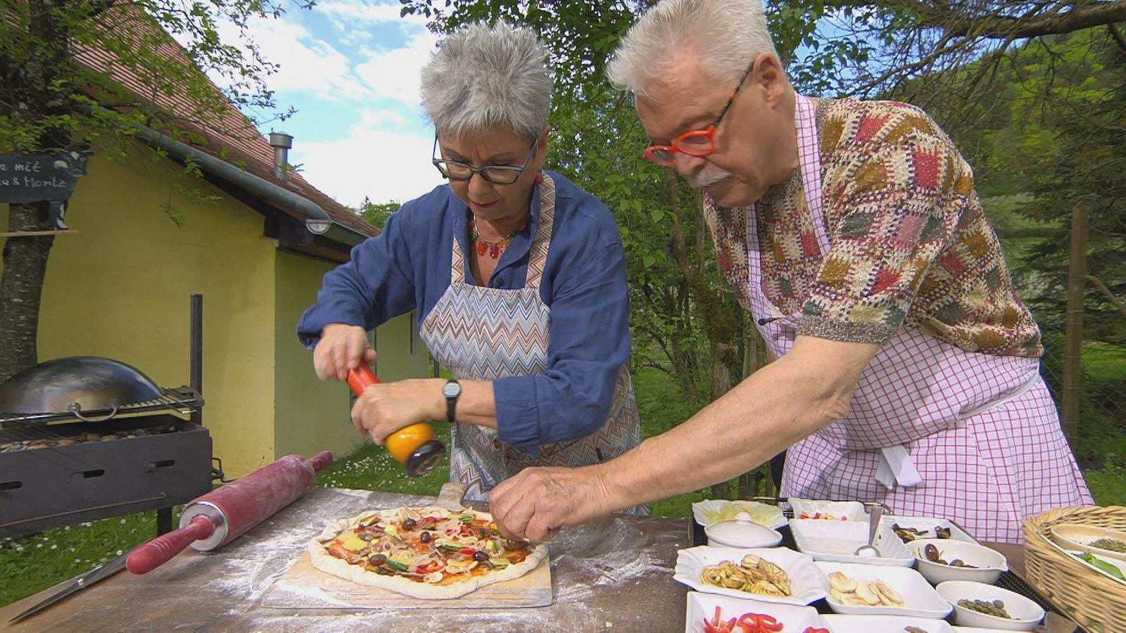 pizza zubereiten im ofen auf dem grill oder in der pfanne rezepte rezepte verbraucher wdr. Black Bedroom Furniture Sets. Home Design Ideas
