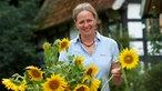 Iris Haver-Rassfeld inmitten von Sonnenblumen