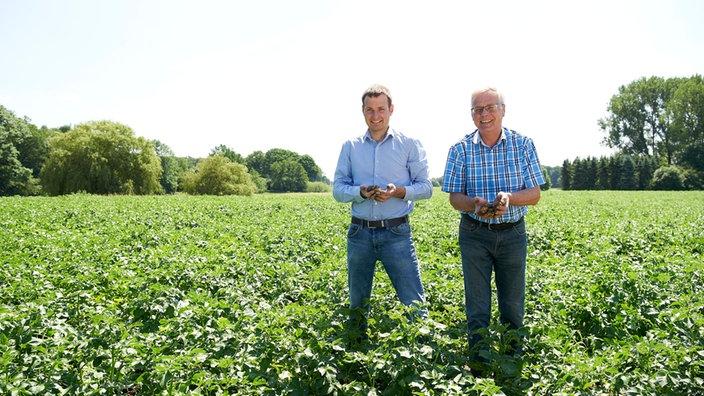 Gemüsehof Bleckmann, Vater und Sohn stehen auf dem Feld.