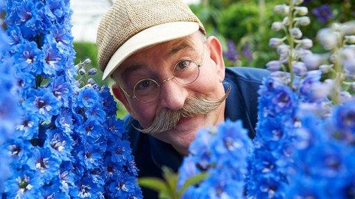 Horst Lichter in einem Blütengarten