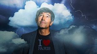 """Ranga Yogeshwar trägt ein T-Shirt auf dem steht: """"I love Paris"""", über ihm Wolken und Blitze."""