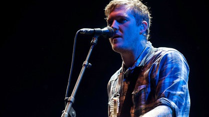 Gitarrist von The Gaslight Anthem singt angestrengt ins Mikrofon