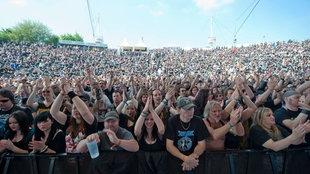 Die Menge tobt vor der Bühne